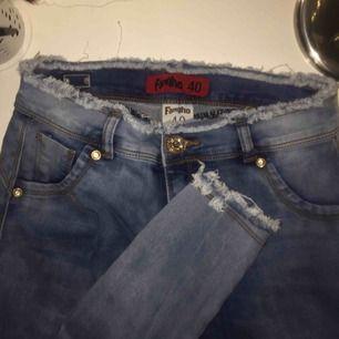 Fina jeans med snygga detaljer från Fangho! Aldrig använt utan bara testat om du är intresserad kan jag skicka bild med den på