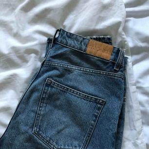 Monki Jeans i modellen moluna. Använt ett par gånger men är förstora för mig i midjan. Jeansen är väldigt raka i modellen och slutar vid ankeln på mig som är 173.