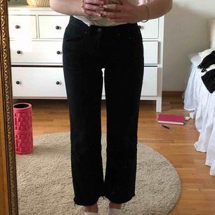 Svarta avklippta vintage-jeans. Passar 28-31 (har själv strl 28 i jeans. Frakt ingår!