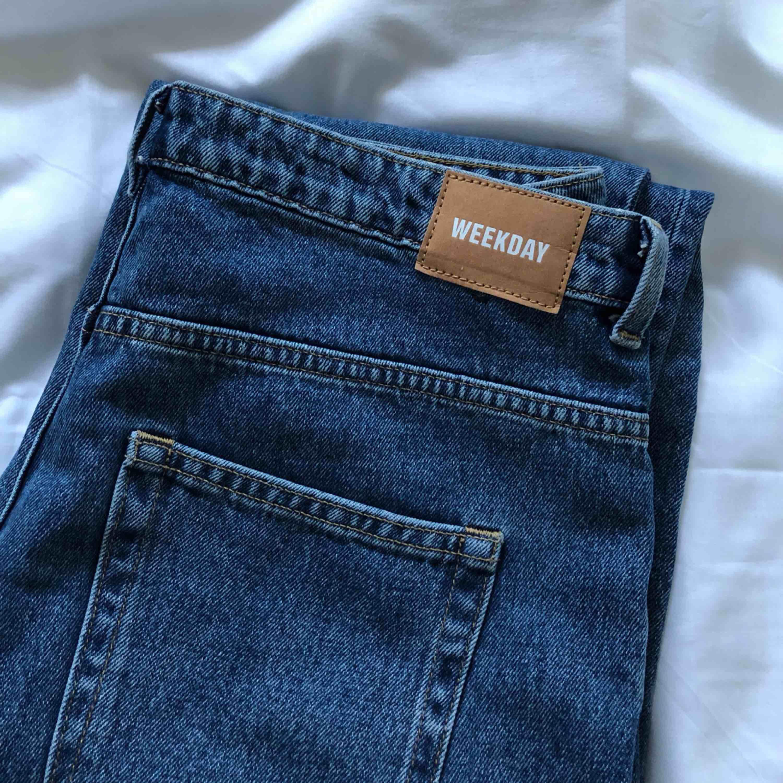 Weekday jeans i modellen voyage. Aldrig använda pga för stora för mig i midjan. Jeansen är raka och lite vida i benen . Jeans & Byxor.