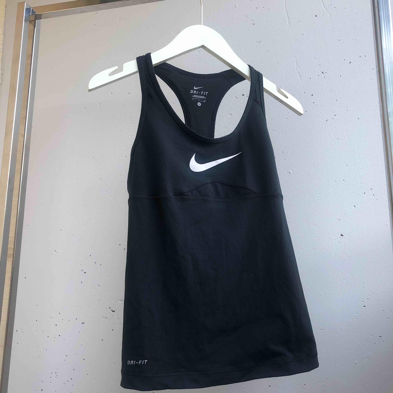 Nikes original sport linne med bh stöd inbyggd. Snygg brottarrygg. Svart i storlek S. Toppar.