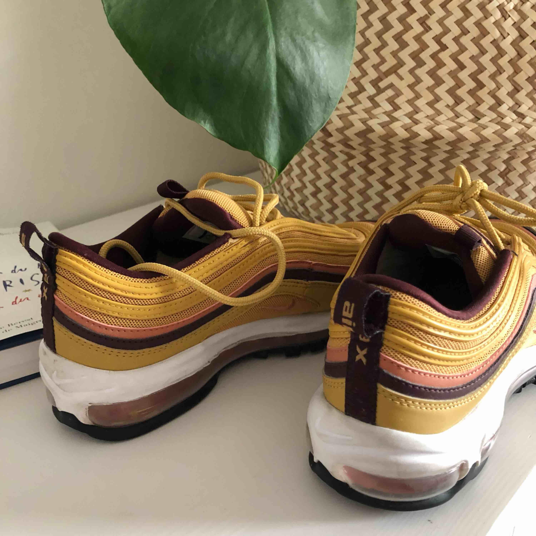 Nike air max 97 i guldfärg. Hur fina som helst men endast använda en gång (därav bilden på sulorna). Lite små i storleken. Frakt ingår!  Storlek: us 8,5. Uk 6. Skor.
