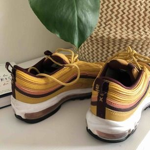 Nike air max 97 i guldfärg. Hur fina som helst men endast använda en gång (därav bilden på sulorna). Lite små i storleken. Frakt ingår!  Storlek: us 8,5. Uk 6