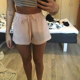 Ljusrosa/ Nude färgade shorts i luftigt material💘 (ens tofsen på snöret har ramlat av)