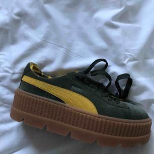 Fenty by Rihanna puma sneakers i storlek 39. Aldrig använda pga för stora för mig. Inköpta för cirka 1300kr.