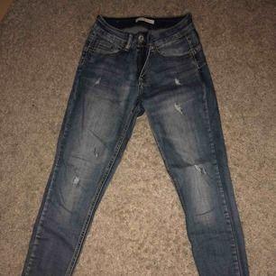 Snyggaste jeansen köpta i Italien! Jag är 1,60 och de passar mig i längden. Brukar ha S/M på byxor och de sitter perfekt. Använda 1-2 gånger så i superfint skick! Frakt tillkommer✨