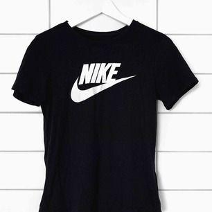 Snygg enkel t-shirt från Nike. Frakt ingår✨