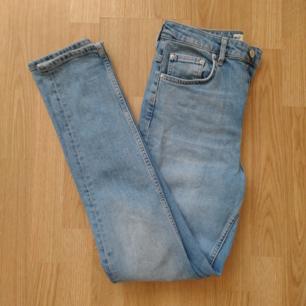 Jeans i momfit, använda 2 gånger så de är i fint skick. Betalas med swish (+frakt)