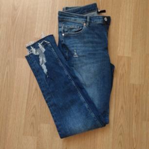 Stretchiga Jeans i nyskick, slitningar fram längst ner på benen, se bild 2. Betalas med swish (+ frakt)