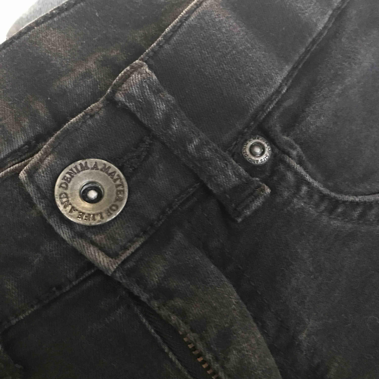 """Grå/svarta Dr. Denim jeansshorts som är highwaisted och stretchiga så sitter snyggt i midjan. Kan mötas upp i Alingsås eller Göteborg annars skickar jag med postens """"skicka lätt"""". Det kostar 63kr och är då spårbart :). Shorts."""