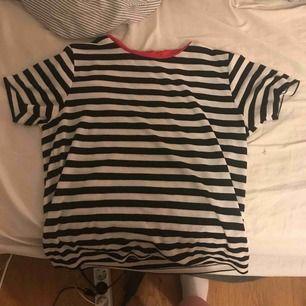 En t-shirt från Bik bok, köpt i strl L för att få den lite oversize men sitter som en strl M skulle jag säga. Använd sommaren 2018 annars inte, lite nopprig men syns ej som helhet!