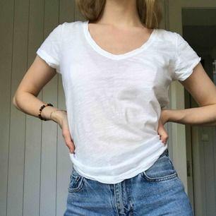 """Vit V-ringad T-shirt perfekt att stoppa in i höga jeans. Kan mötas upp i Alingsås eller Göteborg annars skickar jag med postens """"skicka lätt"""". Det kostar 63kr och är då spårbart :)"""