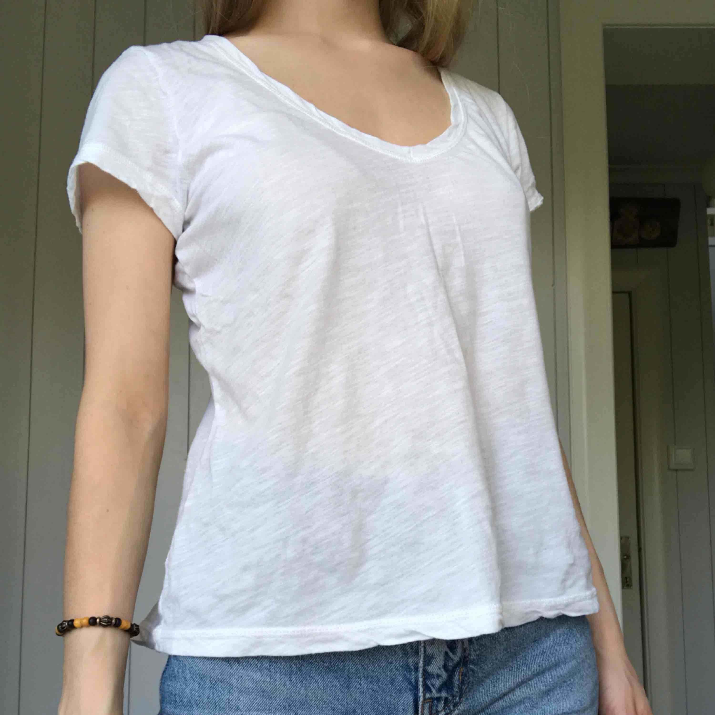 """Vit V-ringad T-shirt perfekt att stoppa in i höga jeans. Kan mötas upp i Alingsås eller Göteborg annars skickar jag med postens """"skicka lätt"""". Det kostar 63kr och är då spårbart :). T-shirts."""