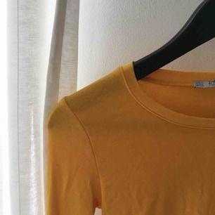 Tajt senapsgul långärmad tröja från Zara, står S men passar även XS:) skickar eller möts upp