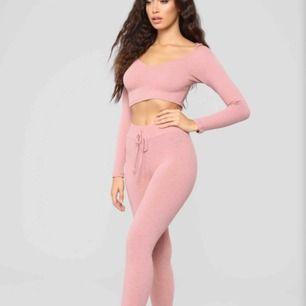 Superfint rosa set med luva från FashionNova, aldrig använt. Toppen är i M och byxorna i S men hela setet passar S. Frakt ingår!💓 (färgen är ljusare i verkligheten än på den andra och sista bilden)