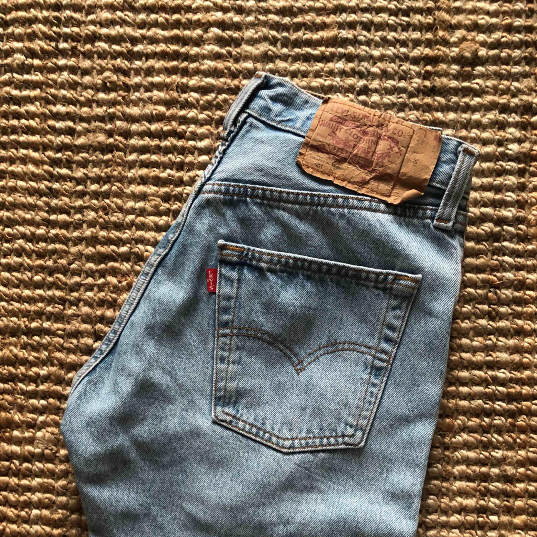 Levis 501, storlek 28, avklippta nedtill. Möts upp i Sthlm eller skickar mot fraktkostnad!. Jeans & Byxor.