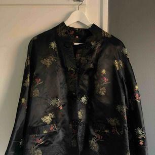 Kimono, storlek 40 på lappen men känns lite mindre. Köpt i vintagebutik, aldrig använd av mig. Möts upp i Sthlm eller skickar mot fraktkostnad!