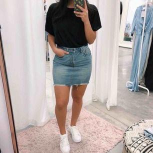 Blå jeanskjol från Gina Tricot i storlek xs/s