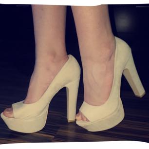Jättefina klackskor från NLY Shoes i en beige färg. Storleken funkar för både 40 och 41, jättesköna att gå i med ca 10 cm klack. Pris kan diskuteras, köparen står för frakt.