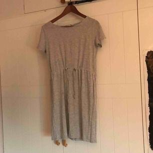 Enkel fladdrig grå klänning från h&m. Bra skick. Perfekt to go klänning. Väldigt bekväm och enkel när man inte vill känna sig så uppklädd. Frakt ingår ej.
