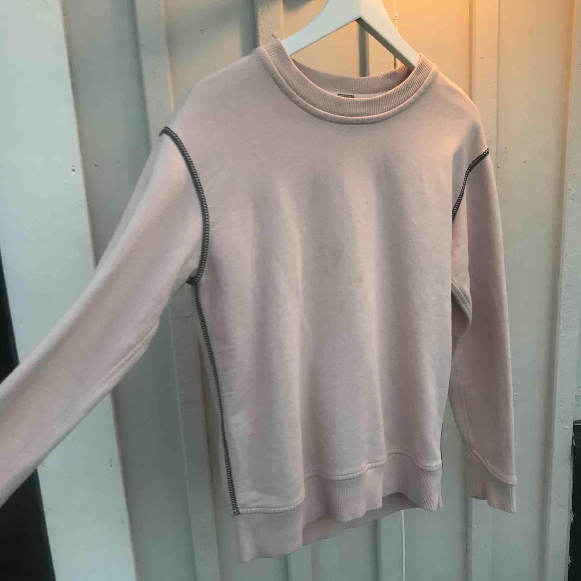 Nypris: 2150kr Ljusrosa college tröja från Marc by Marc Jacobs. Boxning modell Gråa dekorativa sömmar Ficka och dragkedja på baksidan (användbar) . Tröjor & Koftor.