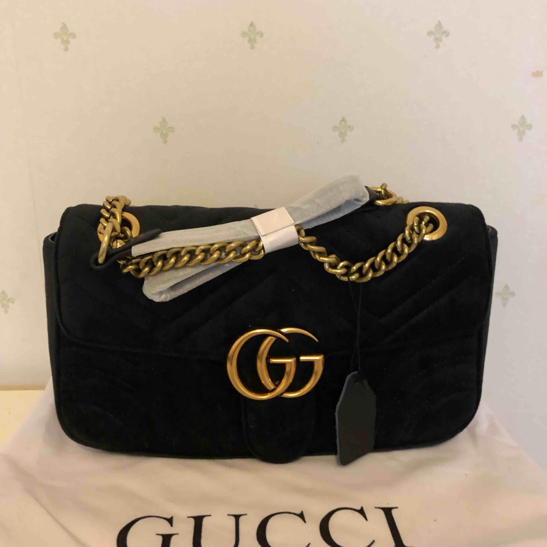 Velvet gucci väska  Storlek ca 27*14 cm  Inte äkta. Väskor.