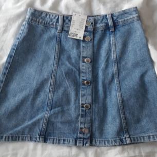 Superfin och bekväm jeanskjol. Köpt på H&M, aldrig använd bara testad därav priset. Jättefin till sommaren! Köparen står för frakt.