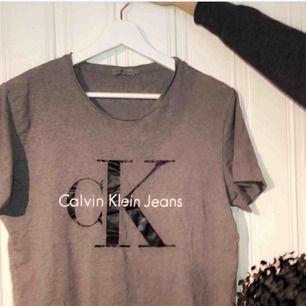 En äkta Calvin Klein tröja. Ord pris 499kr. Mitt pris 150kr för en fin tröja i fint skick. Trycket är helt, på bilden ser de ej helt ut men det är bara ljuset som bländer :).