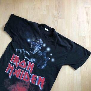 Säljer denna snygga och sällsynta Iron Maiden T-shirten. Tröjan är från en Europe tour som dom hade 2003