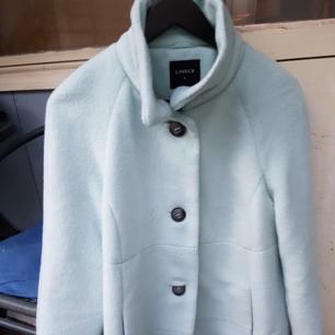 Ljusblå kappa i storlek M använd vid 3 tillfällen Den är hel och ren Går att skicka mot att köparen står för portot. Pris går att disskuteras vid snabb affär Finns i vårby