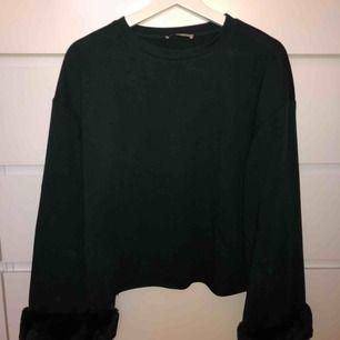 Jätteskön lite tunnare tröja från Zara! Mörkgrön färg som inte riktigt görs till rätta på bilderna, med middag i fake-päls! Skriv för fler bilder :)