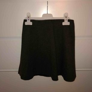 Mini-kjol i trikå från Zara! Superfin mossgrön färg som jag skulle säga drar mer åt det gröna hållet. Ganska kort, så skulle därför säga att den passar bättre på en XS, samtidigt som den funkar utmärkt i midjan osv hos en S. Skriv för fler bilder :)