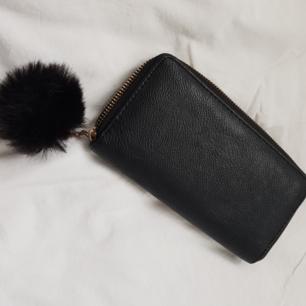 Plånbok med avtagbar pälsboll, knappt använd. Köparen står för frakt