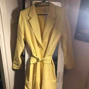 Helt ny blazer klänning storlek XL (46) Säljes pga att färgen inte passar mig, annars väldigt fin! Org pris: 549kr