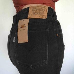 Riktigt nice Levis shorts från Pop butik, aldrig använda!!   Storlek 34/34 de sitter alltså lite oversize på mig, har vanligtvis  S/M - 36/38 i byxor 🤠  De är lite längre i benen 😎