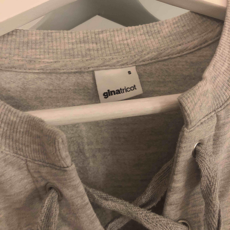Fin långärmad för tröja med snörning. Passar även Xs. Tröjor & Koftor.