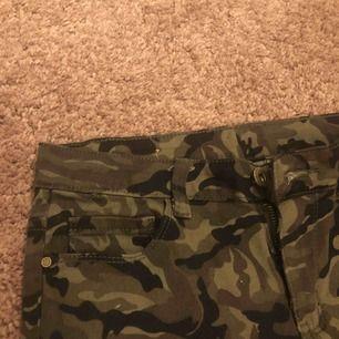 Coola camouflagebyxor. Stl 38 men skulle säga att de e mer 36. Jätteskönt material