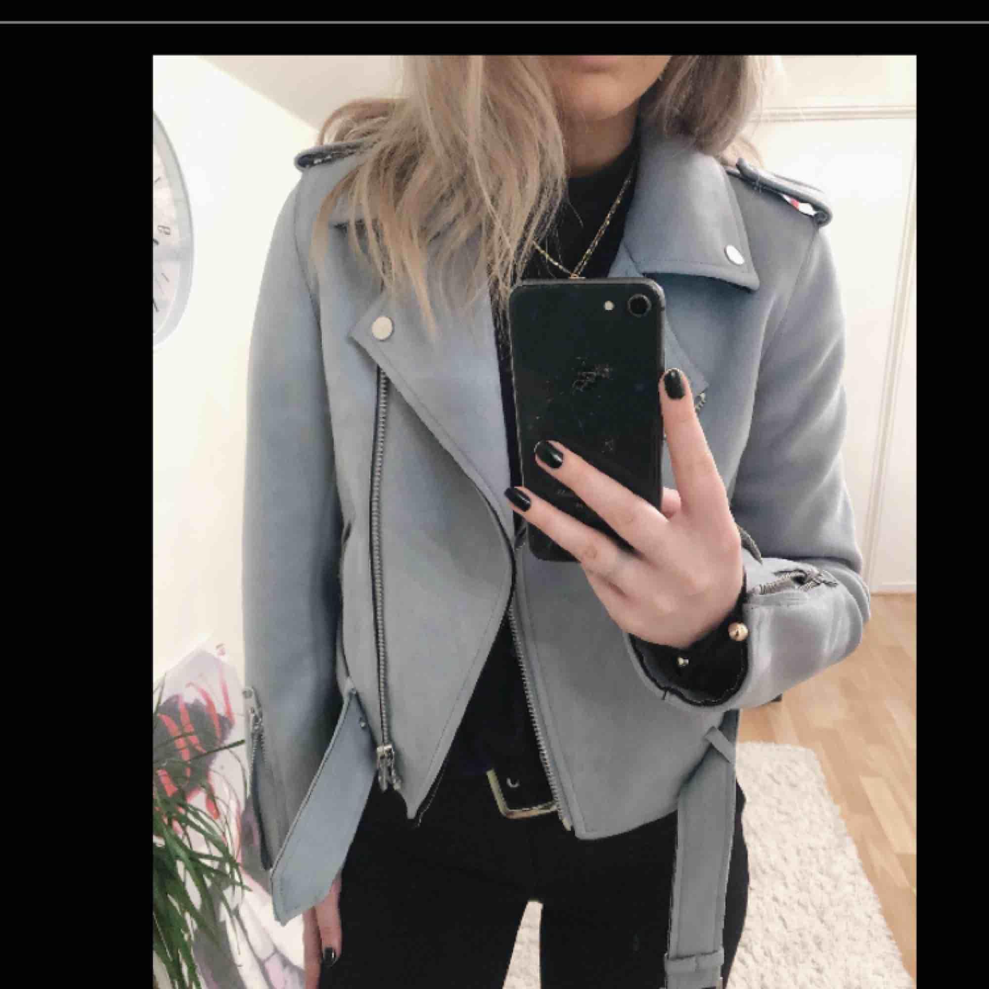 Jättefin ljusblå vår och sommarjacka ifrån Zara, jag får tyvärr ingen användning av den längre så väljer att sälja den, i skicket så är den så gott som ny, (frakten ingår i priset!!) nypris 500 kr. Jackor.