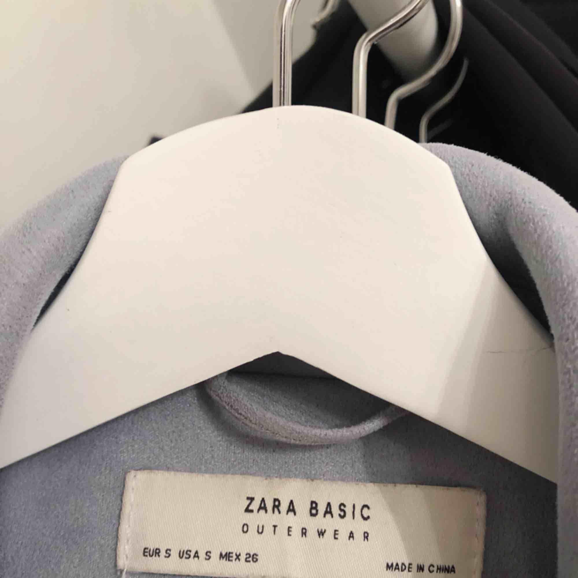 Jättefin ljusblå vår och sommarjacka ifrån Zara, jag får tyvärr ingen användning av den längre så väljer att sälja den, i skicket så är den så gott som ny, nypris 500 kr. Jackor.