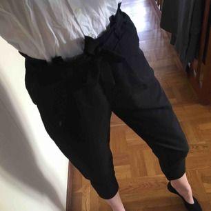 Svarta kostymbyxor med knytning i midjan. Väldigt snygga, aldrig använda då de är för korta i benen på mig som är lång. Kan frakta eller mötas i Stockholm!🌸