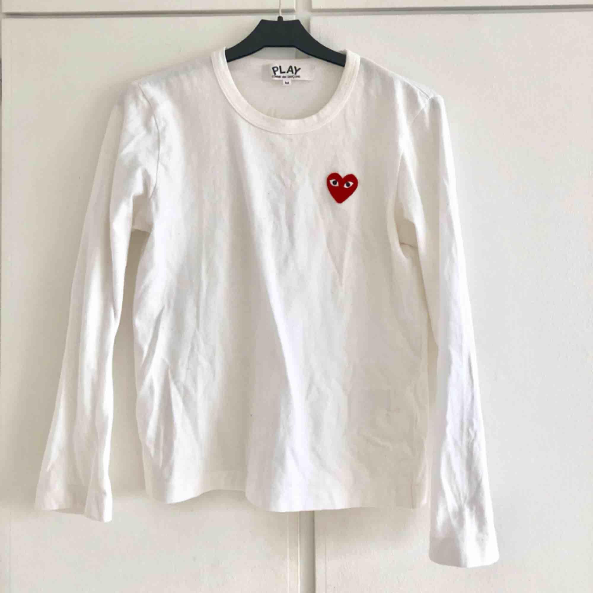 """Comme des garcon tröja använd fåtal gånger. Väldigt bra skick. Står storlek """"M"""" (köpt på dam i Paris) skulle säg att den snarare motsvarar normal XS-storlek! . Toppar."""