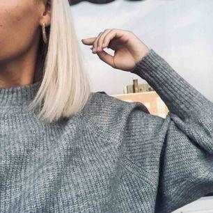 Stickad, grå tröja med normal passform. Använd fåtal gånger!