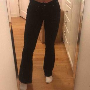 Dr denim jeans strl 34 skulle jag säga , använda ett fåtal gånger, modellen heter macy black 101. Köptes för 500.köparen står för frakten!