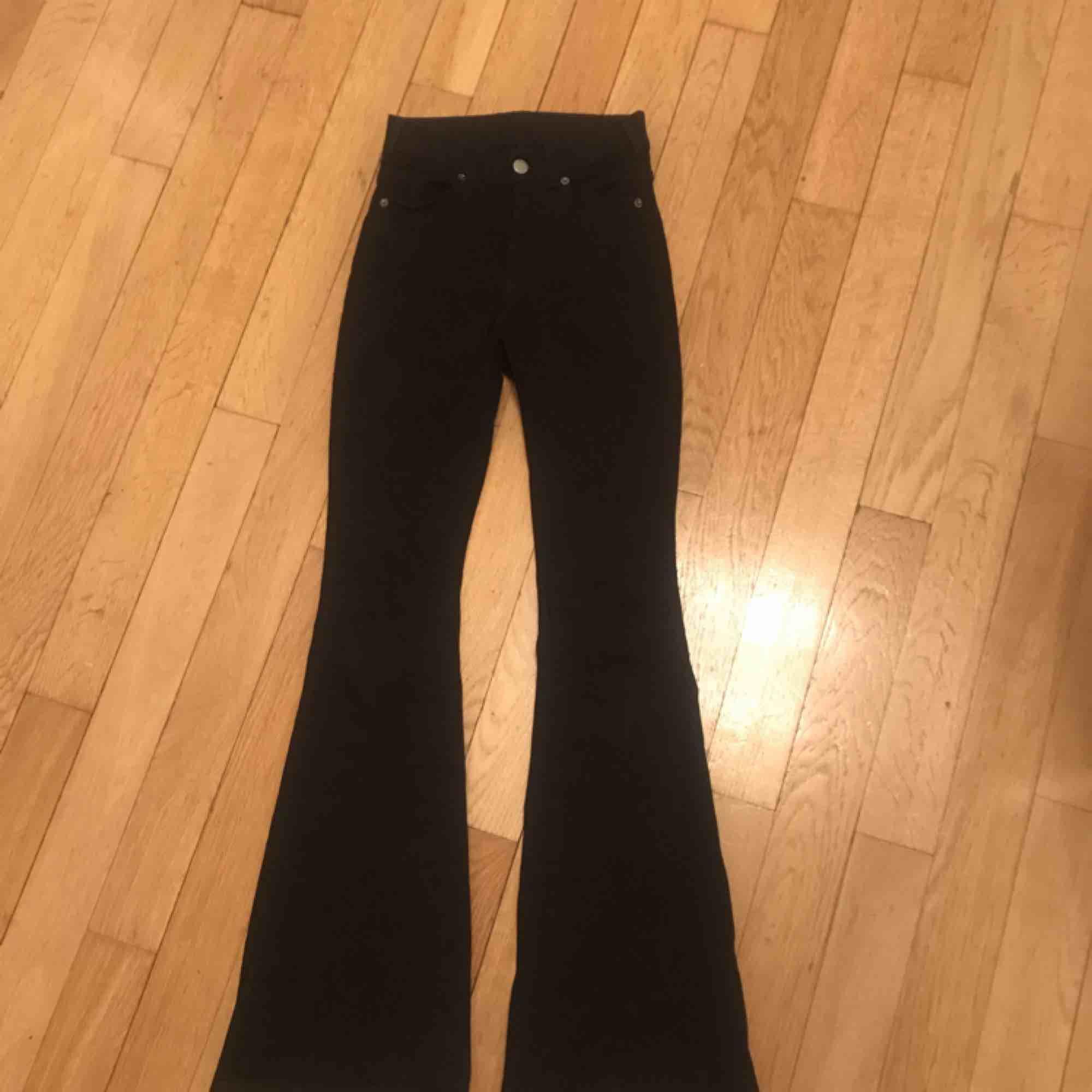 Dr denim jeans strl 34 skulle jag säga , använda ett fåtal gånger, modellen heter macy black 101. Köptes för 500.köparen står för frakten! . Jeans & Byxor.