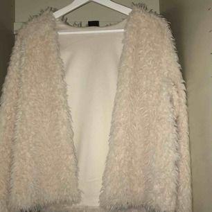 Beige fusk päls jacka från Gina Tricot i storlek L men passar även mindre storlekar. Väldigt bra skick, säljs då jag inte får nån användning för den. Använd endast 1 eller 2 gånger.