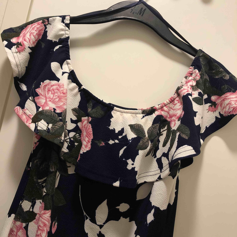 Off shoulder klänning med fin passform. Klänningar.