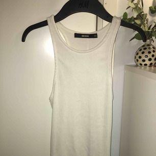 Lång, vit klänning från BikBok. Endast använd 1 gång och är i jättebra skick! Kan mötas upp i Helsingborg, annars tillkommer frakt!