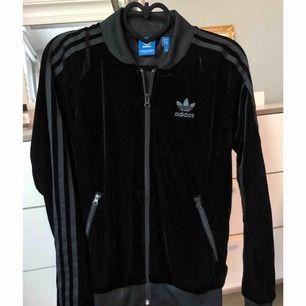 Ny oanvänd tröja från Adidas i materialet velour/sammets.   Kan fraktas då köparen står för frakten 😊