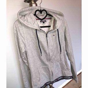 Oanvänd hoodie från Tommy Hilfiger inköpt i New York. Kan skickas då köparen står för frakt 😊