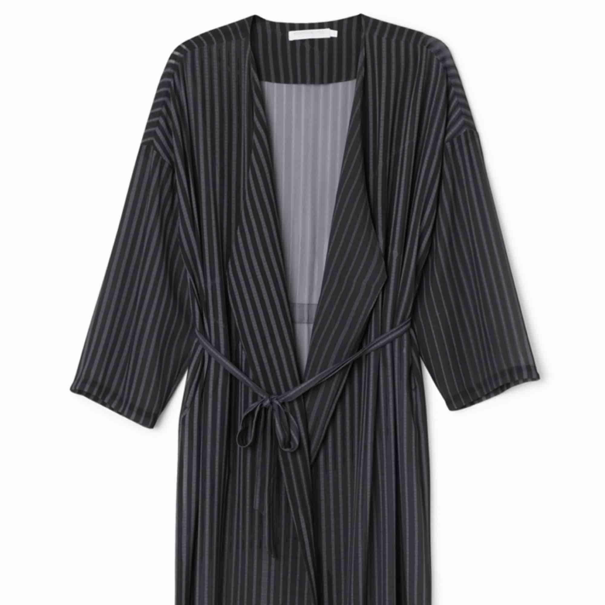 Kimono från Weekday med fickor i sidorna och skärp. I mycket fint skick. . Klänningar.